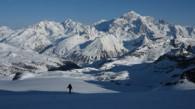 Montée au Ruitor devant le Mont Blanc.